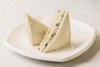 Sandwich de aceitunas y queso crema